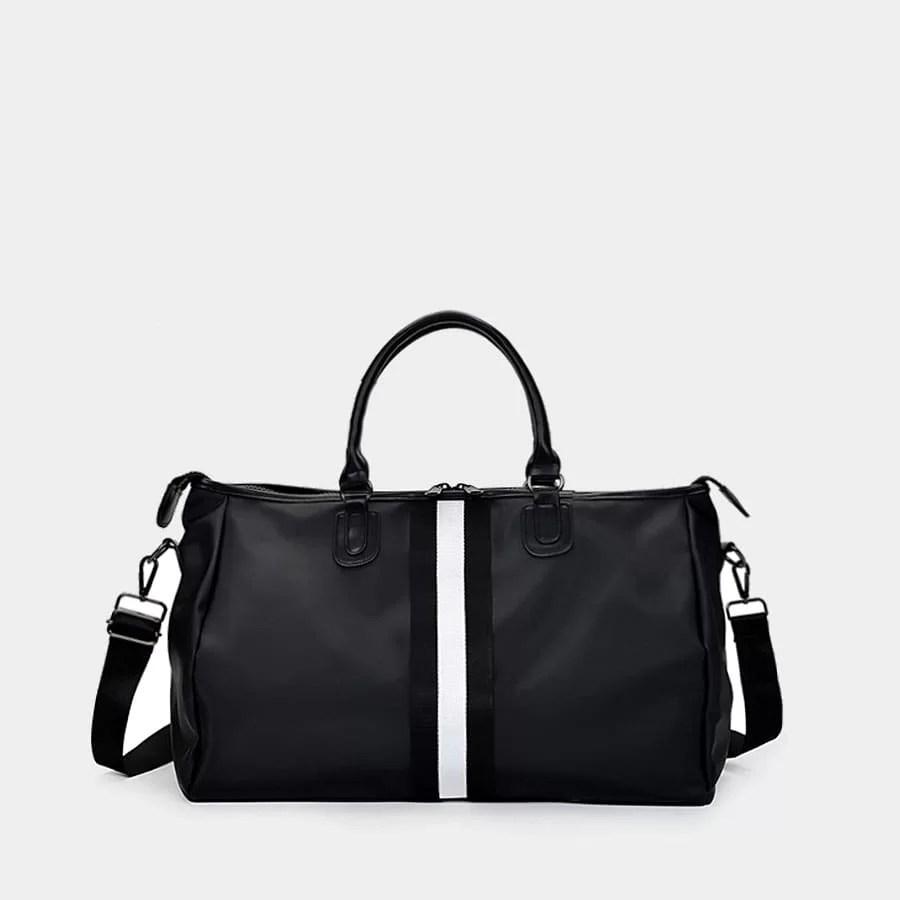 Sac de voyage pour homme noir avec bande blanche faisant également office de sac weekend en fonction de la taille.