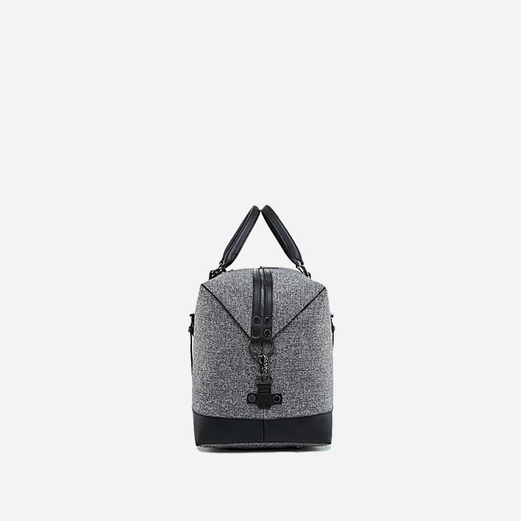 Côté du grand sac de voyage 48h en toile de tissus et en cuir gris et noir.