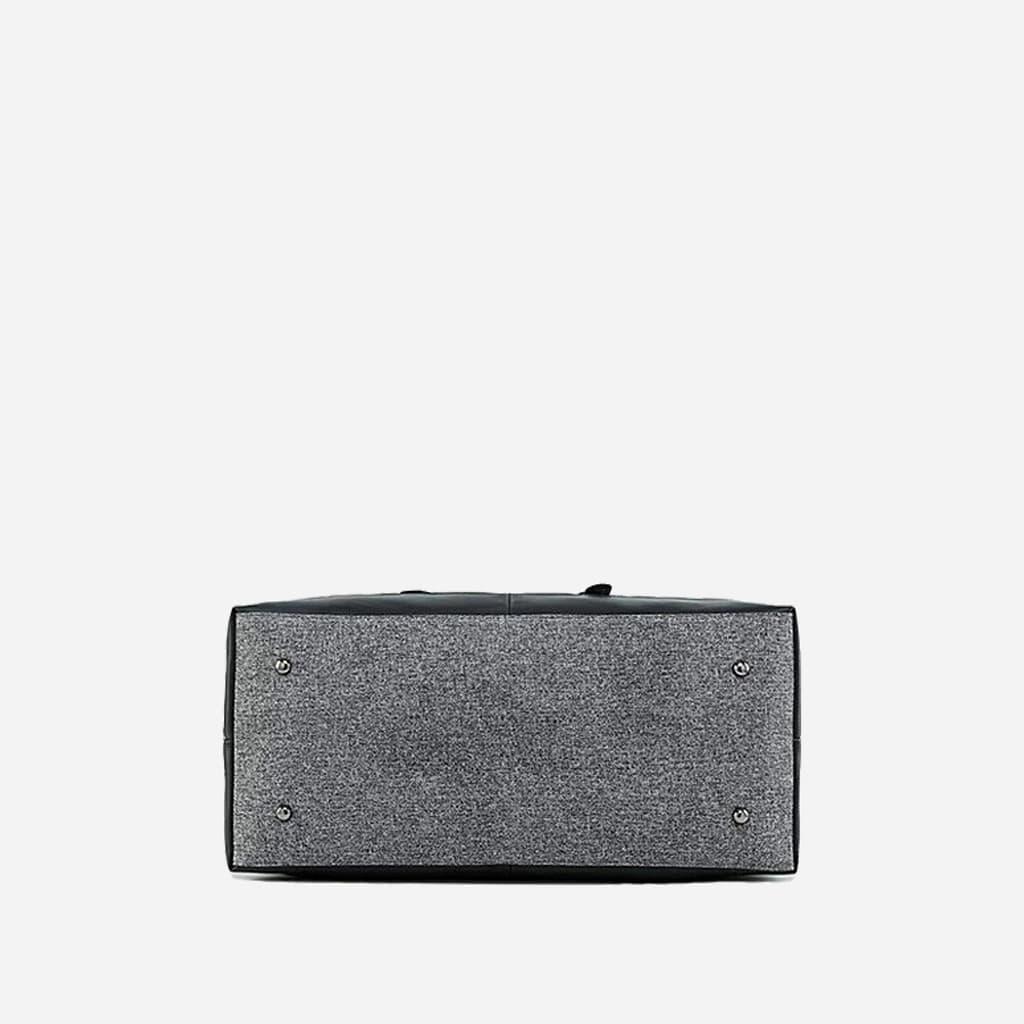 Dessous du grand sac de voyage 48h en toile de tissus et en cuir gris et noir.