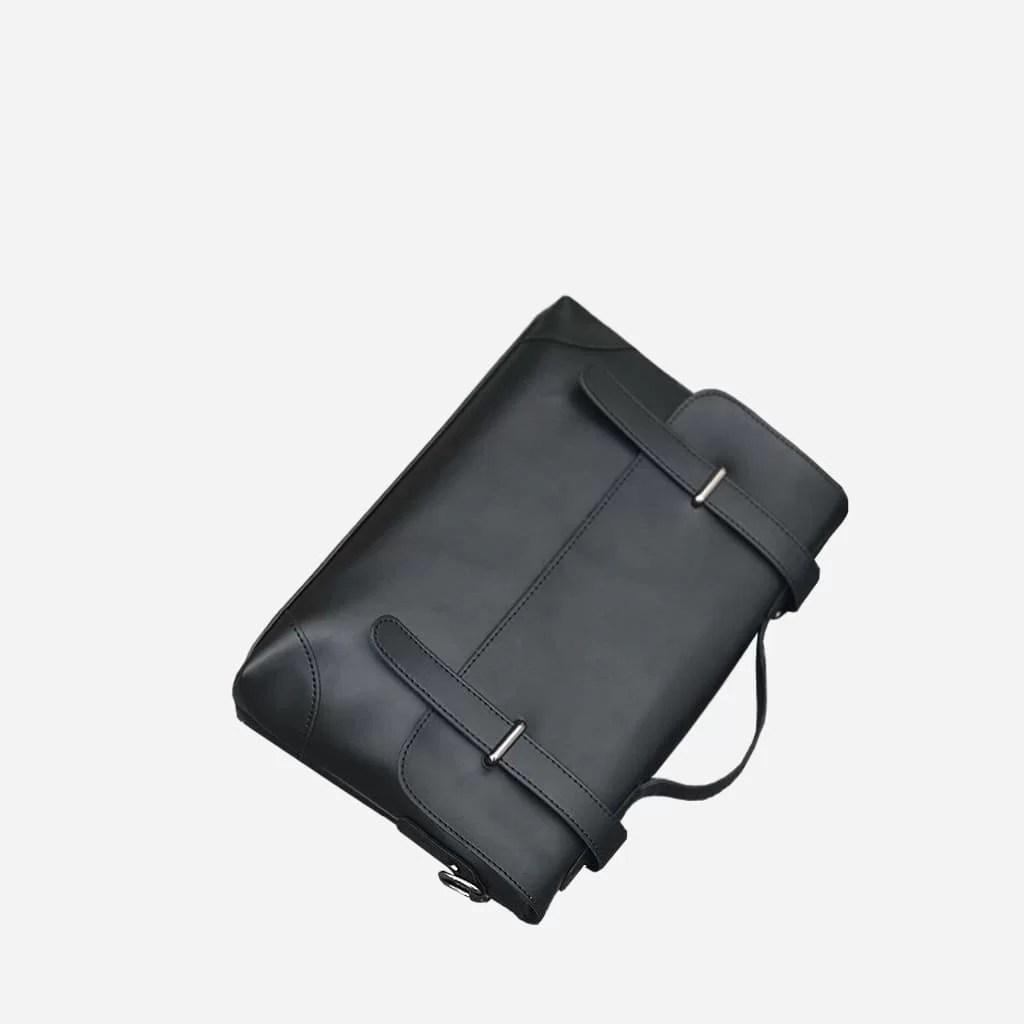 Dessus de la sacoche besace bandoulière en cuir noir pour homme.