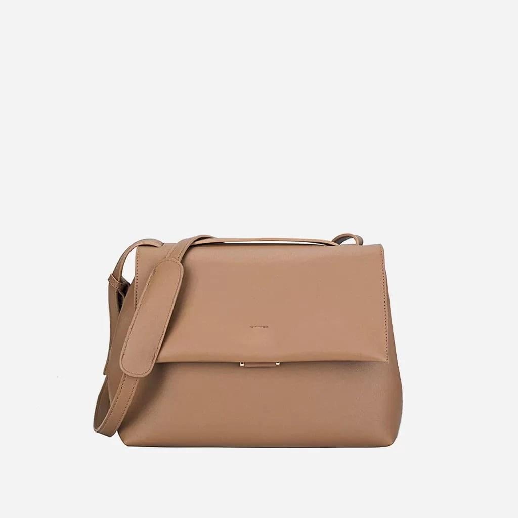 Grand sac à main type besace en cuir marron beige.