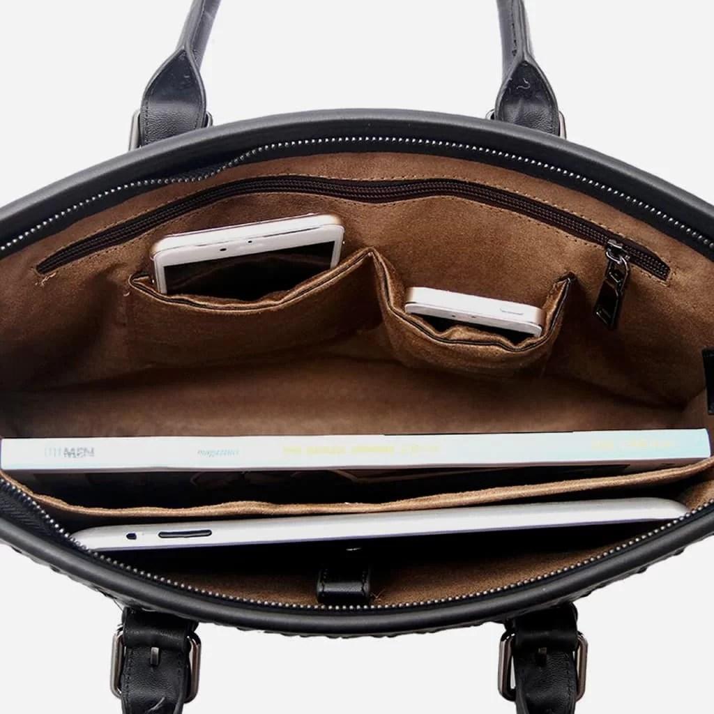 Intérieur de la sacoche porte-documents homme en cuir tissé noir.