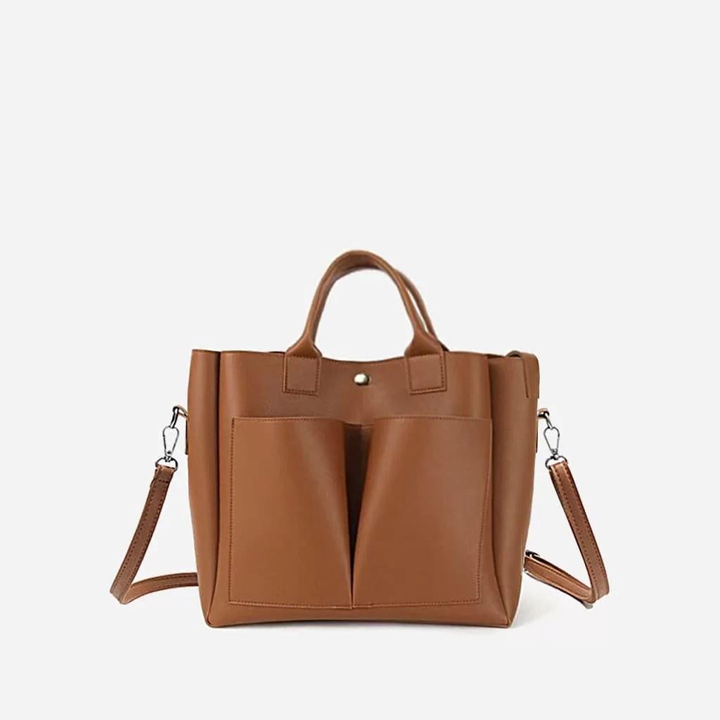 Sac cabas cuir brun marron pour femme avec deux grandes poches extérieures à l'avant.