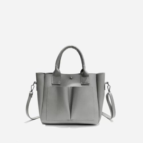 Sac cabas cuir gris pour femme avec deux grandes poches extérieures à l'avant.