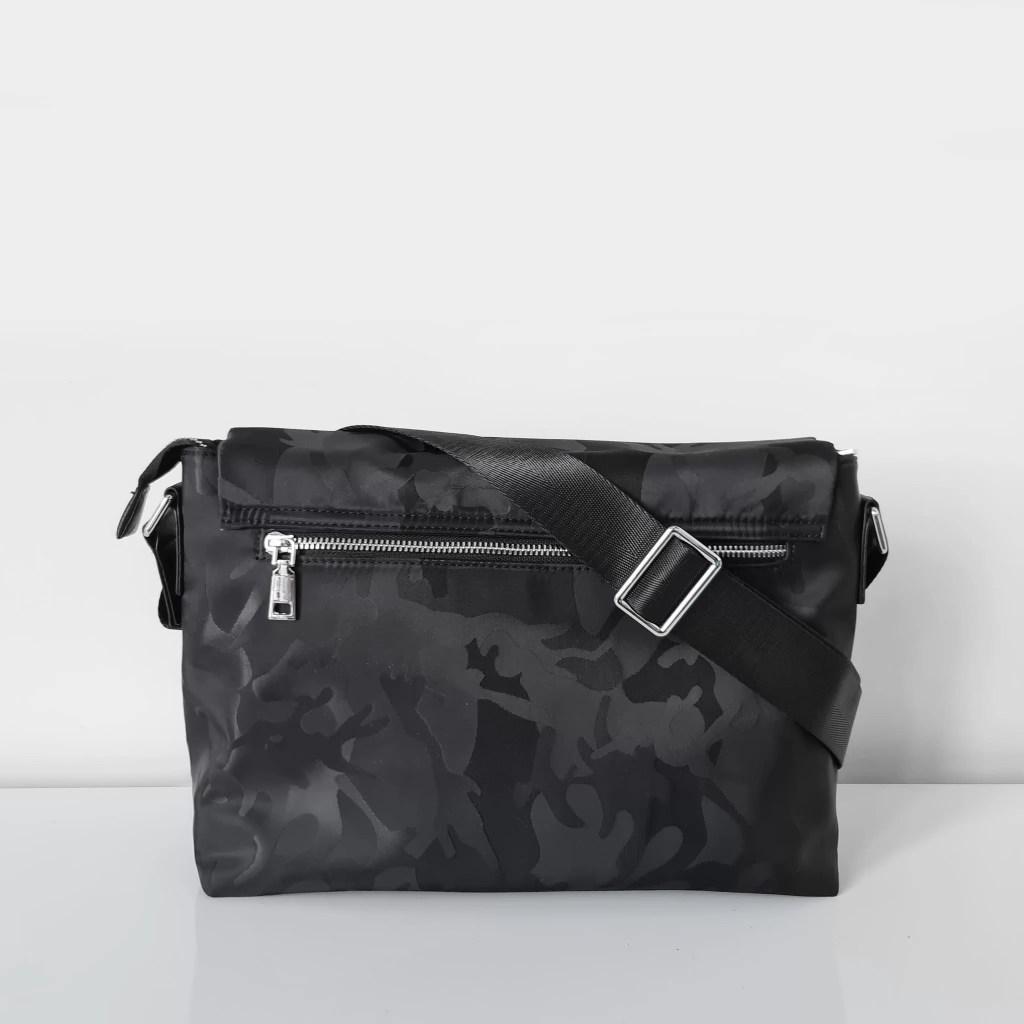 Verso du sac besace bandoulière homme noir tissu Oxford camouflage avec garniture cuir safiano.
