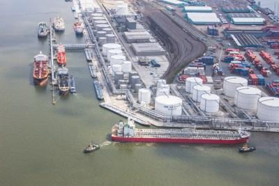 tanker aangemeerd aan terminal chemie antwerpse haven