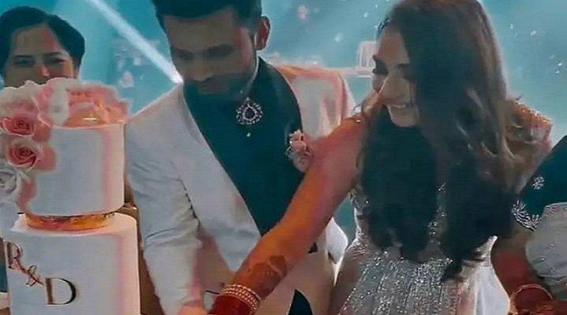 Rahul Vaidya Disha Parmar Wedding: राहुल वैद्य और दिशा परमार ने रिसेप्शन पर इतना बड़ा काटा केक, मां का हाथ थामे नजर आईं दुल्हनिया