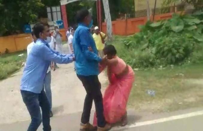 यूपी ब्लॉक प्रमुख चुनावः सरेआम महिला प्रस्तावक के कपड़े फाड़े, योगी आदित्यनाथ पर बड़ा आरोप