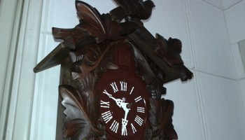 da407ea1d75 Relógio Cuco H parado há vários anos