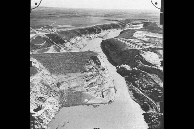 Figure 40. Teton Dam after failure, looking downstream. Note the obvious scouring along the lower section of the canyon wall, giving a clear indication of the depth of the flood. Source: Seed, H. Bolton & James Michael Duncan (1987) The Failure of Teton Dam: Engineering Geology, vol. 24, p. 178