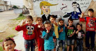 أطفال في مدينة بنش أمام رسم للسخرية من ضربة ترامب