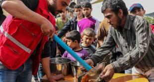 الهلال الأحمر يوزع الطعام في مركز للإيواء بعدرا