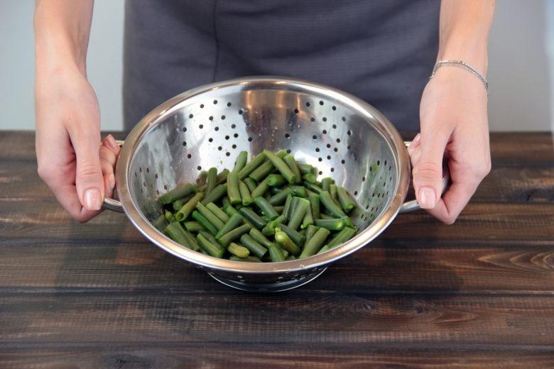 ฝักแช่แข็งก่อนทำอาหารอย่างรวดเร็วด้วยน้ำเย็นเพื่อกำจัดน้ำแข็งส่วนเกิน