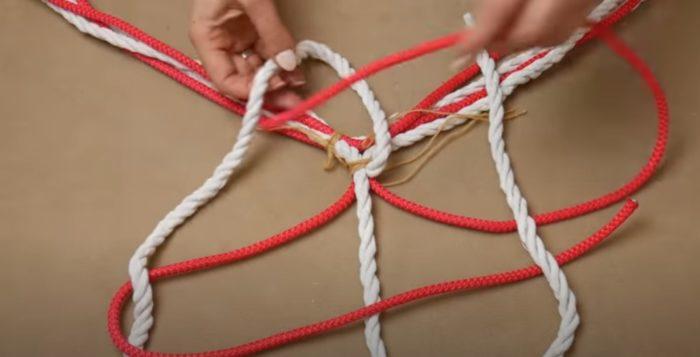 Röda rep sträcker sig i loopar