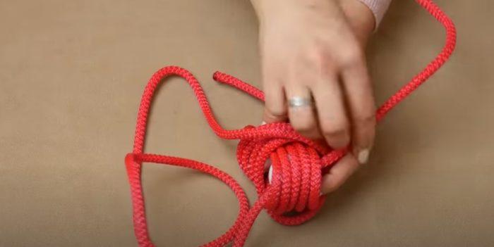 Få repet i mitten av varv på toppen av bollen
