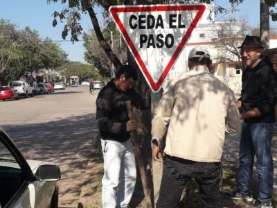 La Municipalidad continúa con el programa de señalización urbana en Sáenz Peña