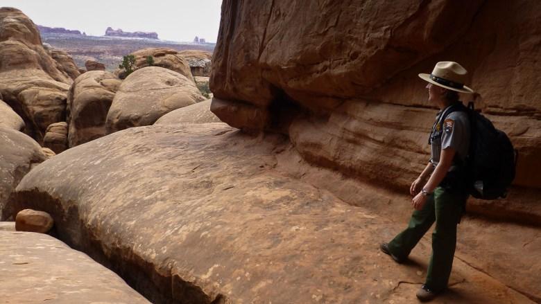 Rangerin Alice im Sandstein Wunderland