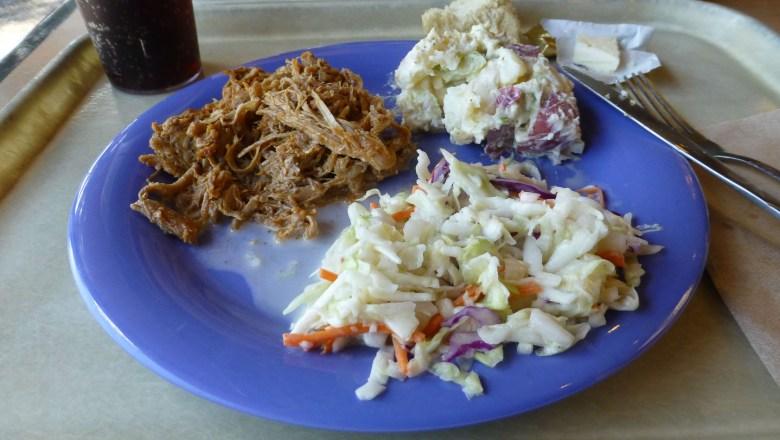 Leckeres Pulled Pork mit Kartoffel- und Krautsalat