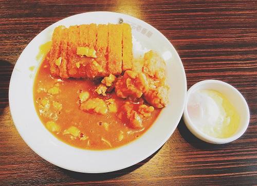 チキン三昧カレーにトッピング「半熟タマゴ&タルタルソース」の写真
