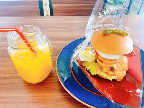 グラニーズカフェの三ヶ日牛バーガーとオレンジジュース