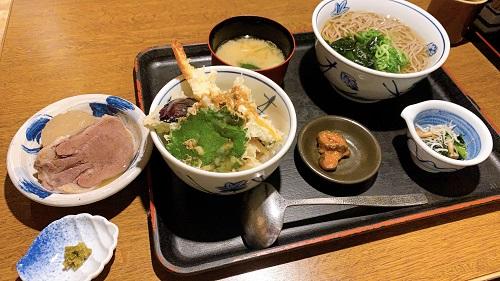 地酒とそば 京風おでん 三間堂 堺筋本町店の蕎麦と海老天ぷら丼のお膳定食と牛タン煮