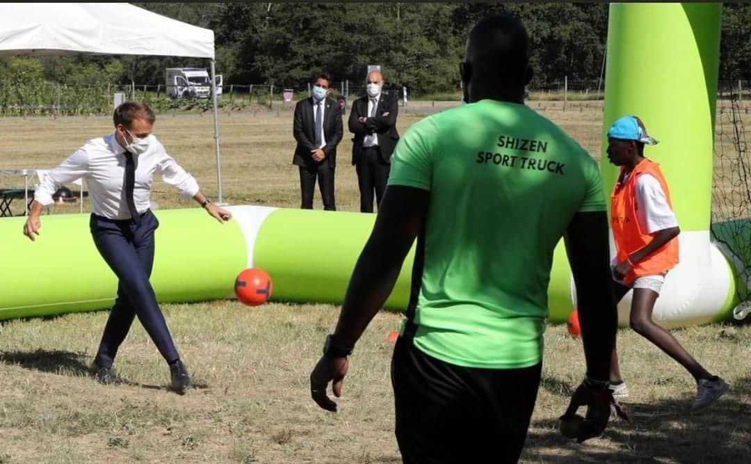 Emmanuel Macron tombe la veste pour une partie de foot avec des jeunes