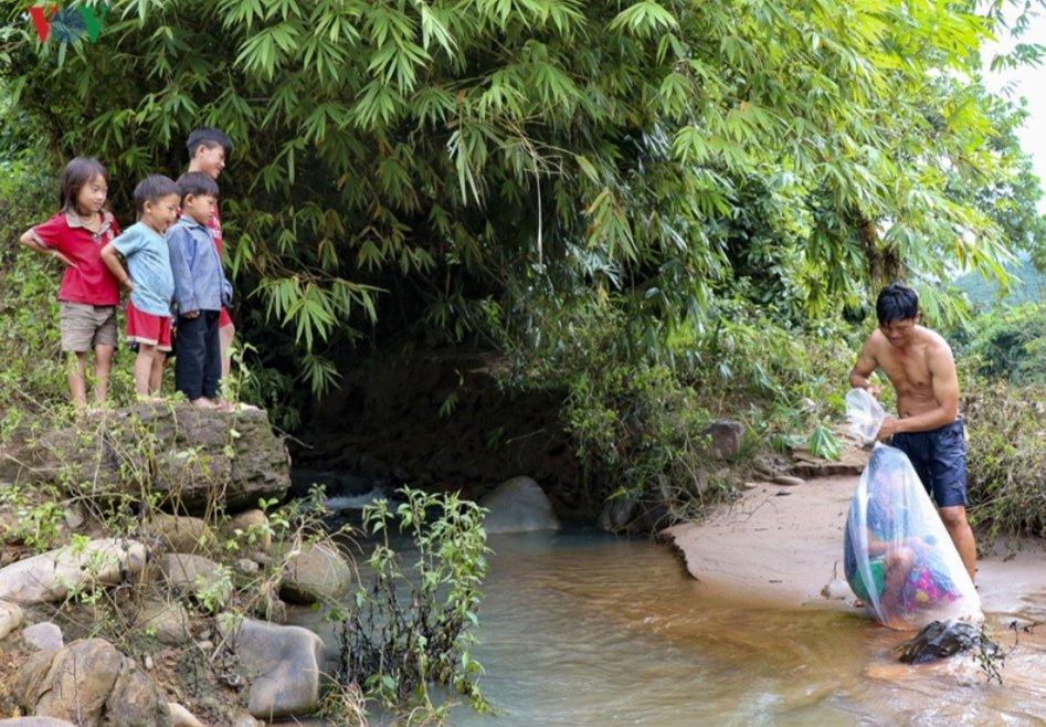 Pour pouvoir aller à l'école, ces enfants vietnamiens doivent traverser la rivière dans des sacs en plastique.