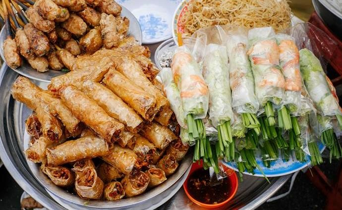 Rice paper rolls in Vietnam are also called fresh spring rolls (gỏi cuốn) but submerge them into a vat of hot oil and – hey presto! – they become instant deep-fried spring rolls.