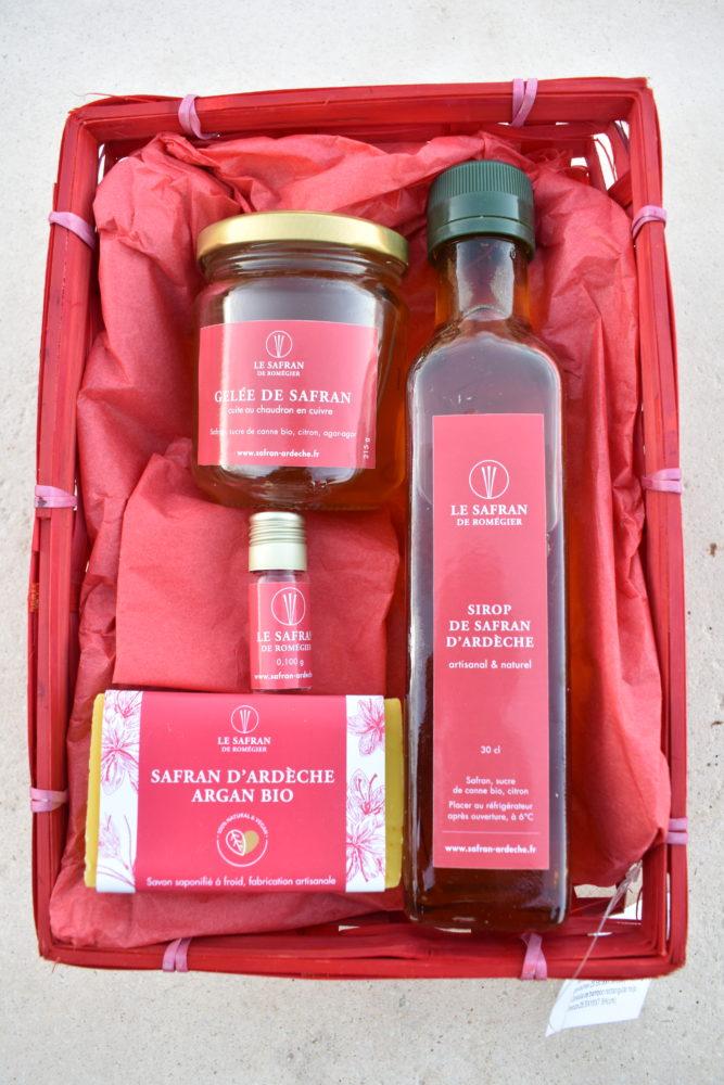 Le coffret 35€ : gelée de safran , sirop de safran ,savon safran/argan paquet de gâteaux (meringues safran ,sablés craquants safran,sablés confit de citron /safran ) ,et 0,100g de safran en pistils dans un panier en bambou couleur naturel