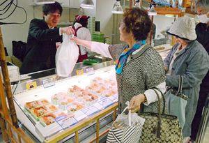 人気の海鮮丼を買い求める客=佐賀市の佐賀玉屋