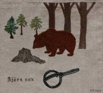 """En sann björnhistoria Under åren 1860-1865 härjade en slagbjörn i byn Kubbe och i skogarna däromkring. Ett 70-tal kreatur blev rivna och bönderna försökte på många sätt skrämma bort björnen. För att skydda kreaturen, som på somrarna vistades på fäbodvallen och gick på bete i skogen, fick unga flickor och pojkar följa med som getare. Till skydd för björnen hade de bockhorn och näverlur. Karlarna i byn hade dessutom borrat hål i några träd och laddat med krut som de vid lämpliga tillfällen tände på. Man trodde att björnen skulle bli skrämd av smällen. I Kubbe kallades det för """"att gå å jäge"""". Björnen var inte lättskrämd. Det berättas att en kvinnlig getare, """"Mårtens Kajsa Stina"""", gick före sina kreatur på väg genom skogen till fäbodvallen. Hon arbetade efter vägen med att skala barken av rönnkvistar och var inte tillräckligt uppmärksam. När hon kom fram till fäboden saknades den ko som gått sist. Det visade sig, när man gjorde en närmare undersökning, att björnen legat bakom en sten intill den stig Kajsa Stina gått med kreaturen. Där väntade han tills alla gått förbi och rev den sista kon i raden. Bondmoran Annika Mårtensson, maka till """"Färben"""", lämnade sina fem kreatur ensamma en höstkväll när de befann sig på ett öppet område endast ett par hundra meter från fäbodvallen. Eftersom det var så nära trodde hon att de var trygga för påhälsning av björnen. Två av kreaturen blev ända rivna och juvret på en tredje blev sönderrivet. När bonden Håka-Jons tjur en kväll kom hem hade han handdjupa revor i ryggen som minne av möte med björn och måste slaktas. Ol Ersson, en av byns bönder, hade sju kor. Vid sommarens slut hade björnen slagit alla utom en. I sin nöd for han till Gideå och stal en vit fjällko. För att inte brottet skulle uppdagas målade han svarta """"rosor"""" på kon men när det regnade rann färgen av och han upptäcktes. Han dömdes till spöstraff vid Anundsjö Kyrka. Vid ett tillfälle timrade man upp väggar kring en kviga och placerade en stor björnsax i öppningen för att"""