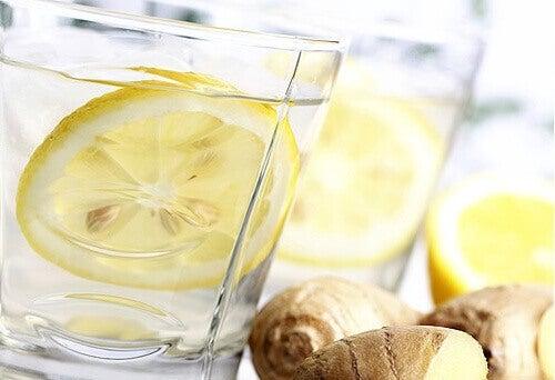 Düz Bir Karın İçin Zencefil, Salatalık ve Naneli Limonata