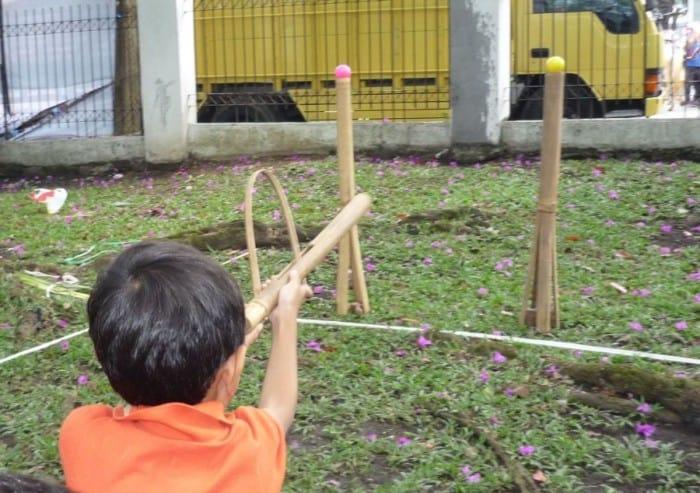 Permainan Masa Lalu Bermain Senapan Bambu