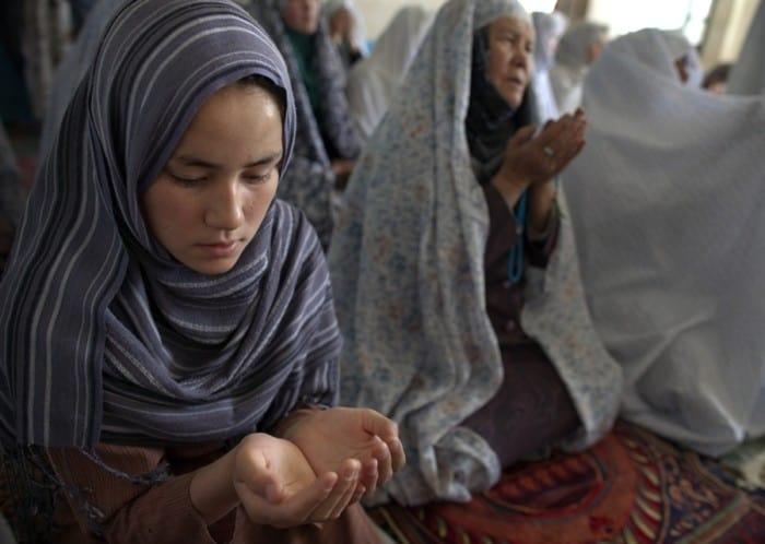 Wanita Muslimah Sedang Berdoa