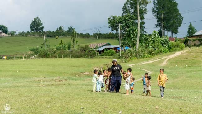 Bermain Bersama Anak-anak di Danau Sidihoni