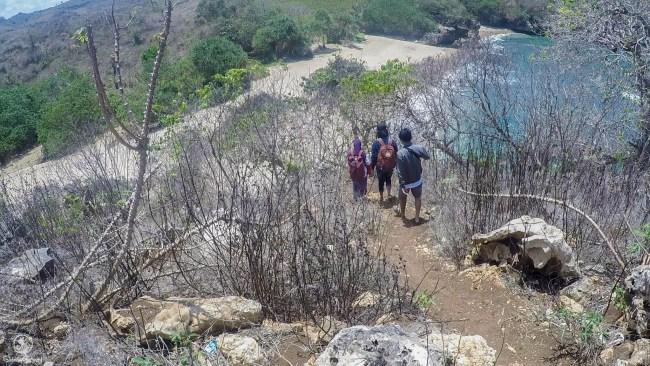 Menuruni Bukit Untuk Menuju Pantai Peh Pulo