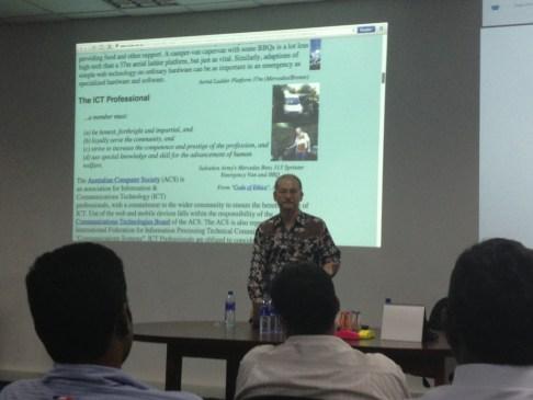 SSF Member Tom Worthington addresses the Sahana Meetup in Colombo
