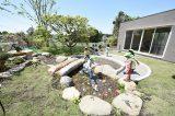園庭に流れる小川