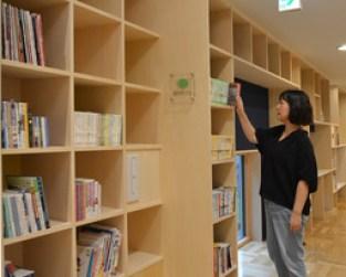 〈9月8日、恵庭〉全長約100㍍にわたって、壁面に本を収めた「本の回廊」、千歳支局・高木緑撮影