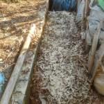 落葉堆肥づくり:発酵落葉の切り替えし