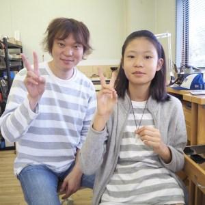 SAIJO彫金教室でペンダントを製作した親子