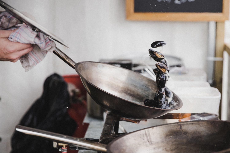 鉄フライパンで炒める