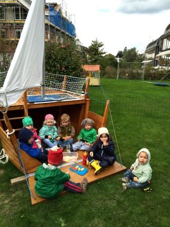 Segeln-mit-Kindern-im-Garten-zviri