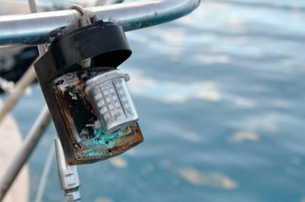 Leuchtet nicht mehr. Die Kontakte unsere Navigationslichtes sind durchgefressen. / No more navigation lighting - Rudolf was a hardworking rat and messed with the cables.