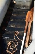 Undicht - Wasser im Boot und tägliches Pumpen sind die Folgen. / Leaky boat - water gets in and air goes out.