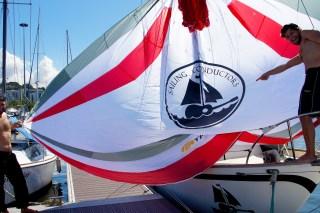 Wir packen das erste Mal unseren neuen Parasailor auf dem Steg der Marina da Gloria aus und bestaunen unser riesiges Logo