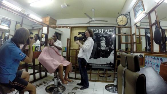 Die Sailing Conductors bekommen neue Frisuren im One Love Barber Shop für das Shooting mit dem Code Magazin. Immer dabei Marc van Fucht mit seiner kleinen Kamera.