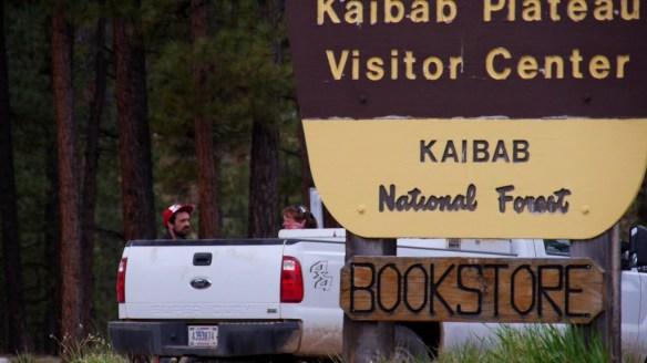 Eine Frau gibt Linc den Geheimtipp, wie es trotz geschlossener Straße zum Grand Canyon geht