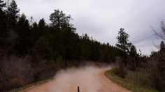 Unser Auto hinterlässt eine riesige Staubwolke