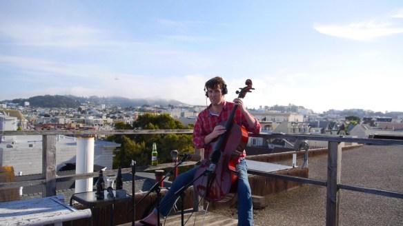 Max zeigt, wie man richtig Cello spielt